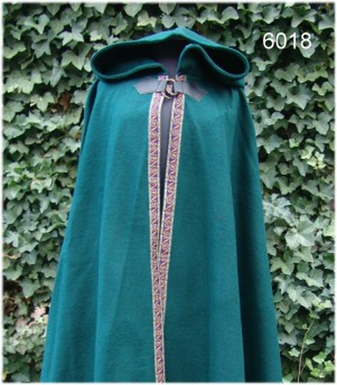 Wool cape with border and brooch Daniel green