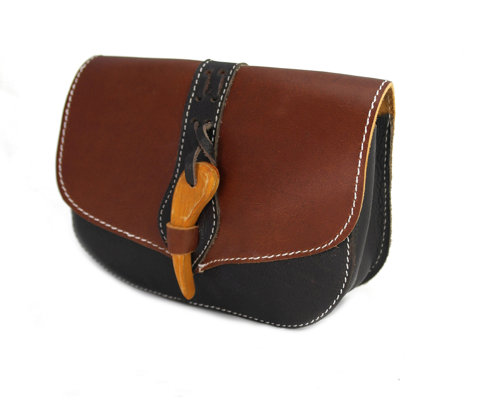 3181 Leather belt pouch Adalar with wooden clasp