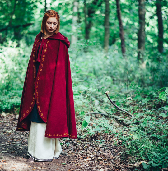 Wool cape Ásidís with hand embroidery Red