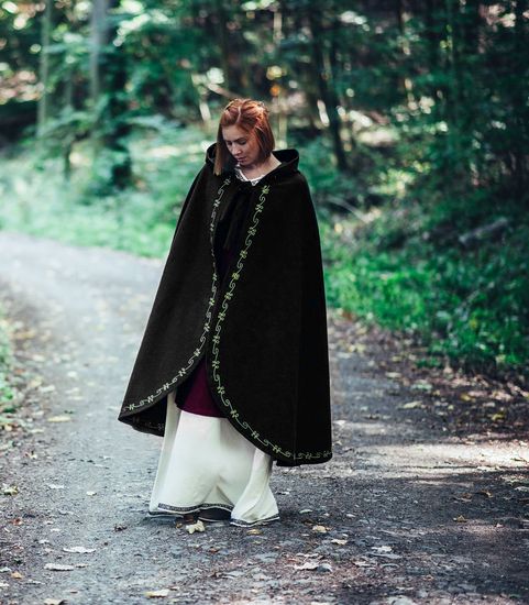 Wool cape Ásidís with hand embroidery black