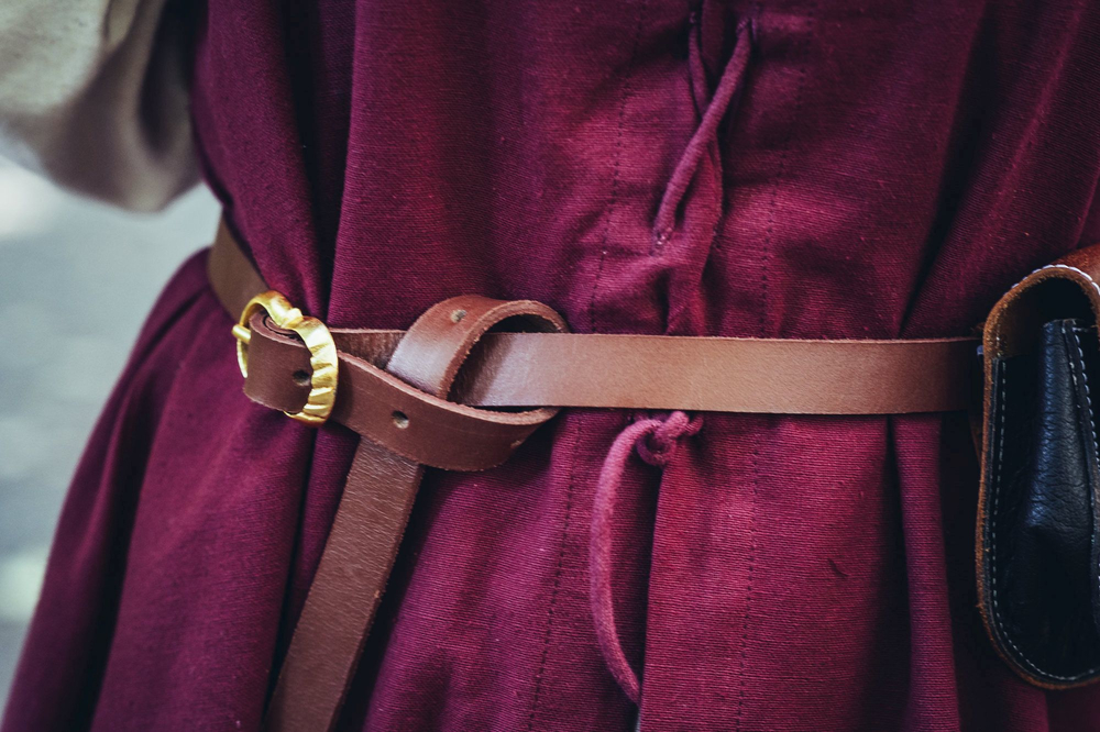 Narrow leather belt made of robust leather brown